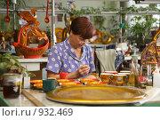 Купить «Работница расписывает чайный сервиз в стиле ' Хохлома'», эксклюзивное фото № 932469, снято 20 июня 2009 г. (c) Gagara / Фотобанк Лори