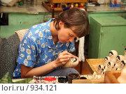 Купить «Роспись матрешек», эксклюзивное фото № 934121, снято 20 июня 2009 г. (c) Gagara / Фотобанк Лори