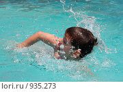 Мальчик плавает в бассейне. Стоковое фото, фотограф Наталья Чуб / Фотобанк Лори