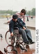 Купить «Мужчина в инвалидной коляске кормит птиц», фото № 935465, снято 21 июня 2009 г. (c) Татьяна Белова / Фотобанк Лори