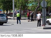 Купить «Инспектор ГИБДД делает замеры рулеткой», фото № 938801, снято 31 мая 2009 г. (c) Игорь Боголюбов / Фотобанк Лори
