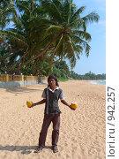 Островитянин с двумя кокосами (2009 год). Редакционное фото, фотограф Андрей Рудаков / Фотобанк Лори