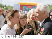 Купить «Девушка берет интервью у ветерана», фото № 944557, снято 9 мая 2009 г. (c) Михаил Ворожцов / Фотобанк Лори