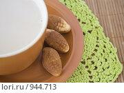 Чашка и орешки из теста. Стоковое фото, фотограф Алексей Васильев / Фотобанк Лори