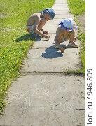 Купить «Дети рисуют солнышки мелом», фото № 946809, снято 8 декабря 2019 г. (c) Типляшина Евгения / Фотобанк Лори