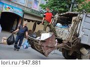 Купить «Вывоз мусора», фото № 947881, снято 30 марта 2020 г. (c) Александр Легкий / Фотобанк Лори
