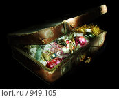 Купить «Старый бабушкин чемодан с елочными игрушками», фото № 949105, снято 10 декабря 2007 г. (c) Юрий Жеребцов / Фотобанк Лори