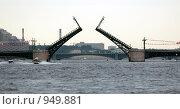 Купить «Разведённый мост лейтенанта Шмидта. Санкт-Петербург», фото № 949881, снято 27 июня 2009 г. (c) Алексей Зарубин / Фотобанк Лори
