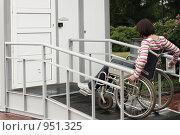 Купить «Женщина в инвалидной коляске подъезжает к туалету для инвалидов», фото № 951325, снято 21 июня 2009 г. (c) Татьяна Белова / Фотобанк Лори