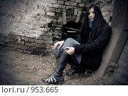 Купить «Красивая девушка возле старой стены», фото № 953665, снято 14 ноября 2008 г. (c) Сергей Бутко / Фотобанк Лори