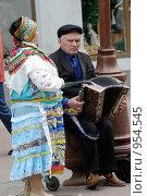 Купить «Пожилая пара уличных музыкантов на Арбате, Москва», фото № 954545, снято 6 июня 2009 г. (c) Синицын Игорь / Фотобанк Лори