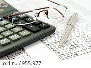 Купить «Калькулятор и очки на финансовом отчёте», фото № 955977, снято 31 января 2008 г. (c) Сергей Плахотин / Фотобанк Лори