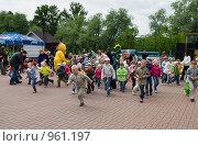 Купить «Дети бегут врассыпную. Гагарин парк (Санкт-Петербург)», фото № 961197, снято 4 июля 2009 г. (c) Кекяляйнен Андрей / Фотобанк Лори