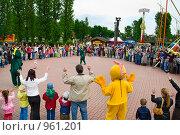 Купить «Дети и родители встали в круг. Детский праздник в Гагарин парке (Санкт-Петербург)», фото № 961201, снято 4 июля 2009 г. (c) Кекяляйнен Андрей / Фотобанк Лори