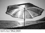Зонтик на пляже в Гагре. Стоковое фото, фотограф Анастасия Кутейникова / Фотобанк Лори