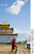 Буддийский монах трудится. Иволгинский дацан. Бурятия. Стоковое фото, фотограф Александр Подшивалов / Фотобанк Лори