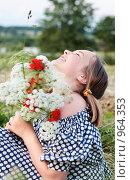 Купить «Девочка с букетом цветов», фото № 964353, снято 2 июля 2009 г. (c) Майя Крученкова / Фотобанк Лори