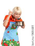 Купить «Недовольная домохозяйка с кастрюлей на изолированном фоне», фото № 969681, снято 5 июля 2009 г. (c) Евгений Батраков / Фотобанк Лори