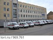 Купить «Стоянка машин на станции скорой помощи в Саратове», фото № 969761, снято 30 июня 2009 г. (c) Anna Kavchik / Фотобанк Лори