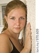 Девушка у стены. Стоковое фото, фотограф Юдин Владимир / Фотобанк Лори