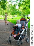 Купить «Мама оставляет ребенка», фото № 972113, снято 10 июля 2009 г. (c) Кекяляйнен Андрей / Фотобанк Лори