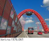 Купить «Красные машины под красной аркой Живописного моста, Москва», фото № 976061, снято 11 июля 2009 г. (c) Fro / Фотобанк Лори