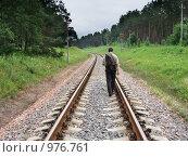 Купить «Мужчина, идущий по рельсам», фото № 976761, снято 9 июля 2009 г. (c) Эдуард Жлобо / Фотобанк Лори