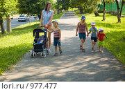 Купить «Многодетная мама на прогулке», фото № 977477, снято 22 апреля 2018 г. (c) Типляшина Евгения / Фотобанк Лори
