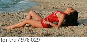 Красивая девушка лежит на песке у моря. Стоковое фото, фотограф Сухоносова Анастасия / Фотобанк Лори