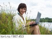 Купить «Девушка с ноутбуком на берегу реки», фото № 987453, снято 10 июля 2009 г. (c) Григорьева Любовь / Фотобанк Лори