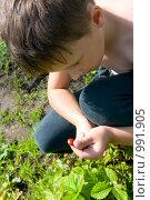 Купить «Ребенок на даче ест землянику», фото № 991905, снято 13 июля 2009 г. (c) Куликова Татьяна / Фотобанк Лори
