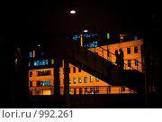 Купить «Силуэты влюбленной  пары  на  фоне города», эксклюзивное фото № 992261, снято 22 сентября 2008 г. (c) Ирина Мойсеева / Фотобанк Лори