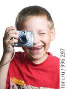 Купить «Веселый мальчик фотографирует компактным фотоаппаратом», фото № 996297, снято 28 июня 2009 г. (c) Юлия Сайганова / Фотобанк Лори