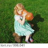 Купить «Девочка сидит и пьёт из кувшина», фото № 998041, снято 26 июля 2009 г. (c) Эдуард Жлобо / Фотобанк Лори