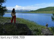 Любуясь красотой горного озера Узункель, Горный Алтай, эксклюзивное фото № 998709, снято 16 июля 2009 г. (c) Яна Королёва / Фотобанк Лори