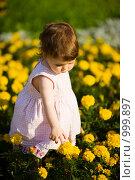 Купить «Девочка гуляет среди желтых цветов», фото № 999897, снято 11 июля 2009 г. (c) Ольга Сапегина / Фотобанк Лори