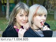 Купить «Девушки с леденцами», фото № 1004805, снято 25 октября 2008 г. (c) Сергей Сухоруков / Фотобанк Лори
