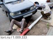 Ремонт автомобиля поднятого домкратом. Стоковое фото, фотограф Александр Подшивалов / Фотобанк Лори