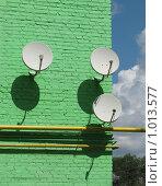 Спутниковые тарелки на стене (2009 год). Стоковое фото, фотограф Iv Merlu / Фотобанк Лори