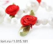 Купить «Бусы из жемчуга с красными розами», фото № 1015181, снято 4 августа 2009 г. (c) Оксана Белая / Фотобанк Лори