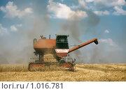 Купить «Жатва. Комбайн на поле», фото № 1016781, снято 17 июля 2009 г. (c) Юрий Шаньшин / Фотобанк Лори