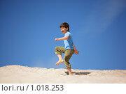 Купить «Мальчик шагает по песку», фото № 1018253, снято 31 мая 2009 г. (c) Losevsky Pavel / Фотобанк Лори