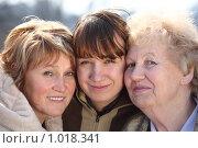 Купить «Бабушка с дочкой и внучкой», фото № 1018341, снято 12 апреля 2009 г. (c) Losevsky Pavel / Фотобанк Лори