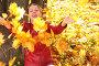 Женщина разбрасывает осенние листья, фото № 1019089, снято 17 августа 2017 г. (c) Losevsky Pavel / Фотобанк Лори