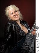Купить «Девушка с электрогитарой», фото № 1025449, снято 10 июля 2009 г. (c) Влад Нордвинг / Фотобанк Лори