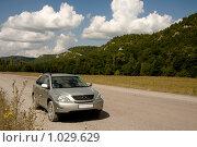 Купить «Автомобиль на фоне гор», фото № 1029629, снято 29 июля 2009 г. (c) Владимир Мельников / Фотобанк Лори