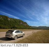Купить «Автомобиль на фоне гор», фото № 1029653, снято 29 июля 2009 г. (c) Владимир Мельников / Фотобанк Лори