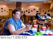 Турист за обедом в кафе (2009 год). Редакционное фото, фотограф Александр Подшивалов / Фотобанк Лори