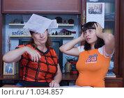 Купить «Женщина бросает документы», фото № 1034857, снято 14 августа 2009 г. (c) Кристина Викулова / Фотобанк Лори