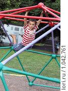 Купить «Висящий ребенок», фото № 1042761, снято 19 августа 2009 г. (c) Юля Тюмкая / Фотобанк Лори